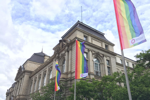Mehrere Regenbogenflaggen gehisst vor der UDK Berlin.