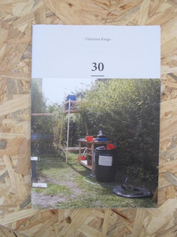 Abbildung einer Gartenszene mit verschiedenem Instrumentarium für Aufbewahrung und Transport von Flüssigkeiten.