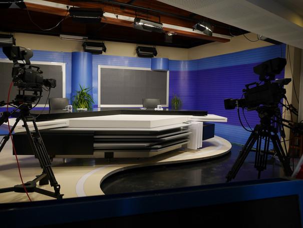 Ein leeres Fernsehstudio, in dem Nachrichten aufgezeichnet werden.