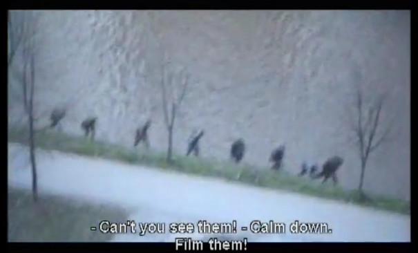 Ein Still von einem Video, das Menschen einen Abhang herunterwandern zeigt.