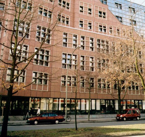 Das Gebäude der UdK Berlin in der Lietzenburgerstraße von außen.