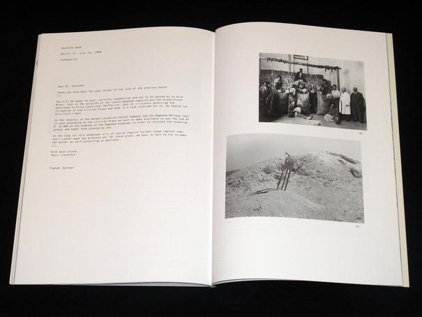 Abbildung einer Doppelseite mit Text neben zwei Schwarz-Weiß-Aufnahmen.
