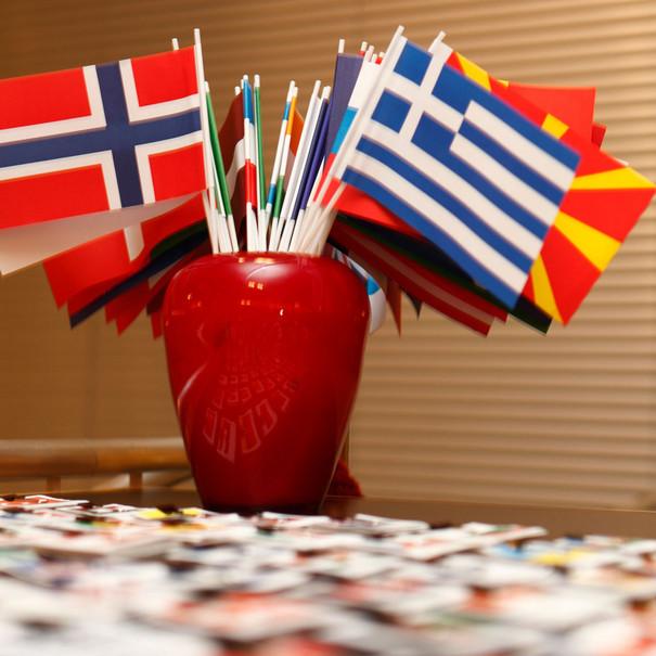 Tisch mit kleinen Flaggen aus verschiedenen Ländern