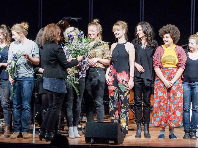 Prof. Dr. Ulrike Hentschel überreicht den Komponistinnen Blumen