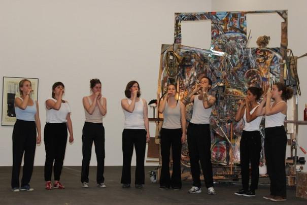Performancegruppe im Hamburger Bahnhof