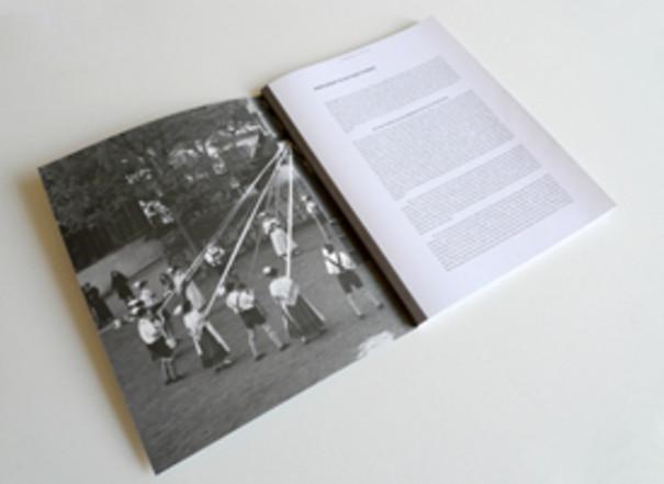 Abbildung der ersten Seiten der Publikation mit Folklore Festivitäten.
