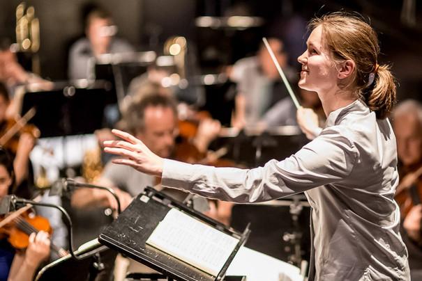 Orchester mit Dirigient Seven Sloane