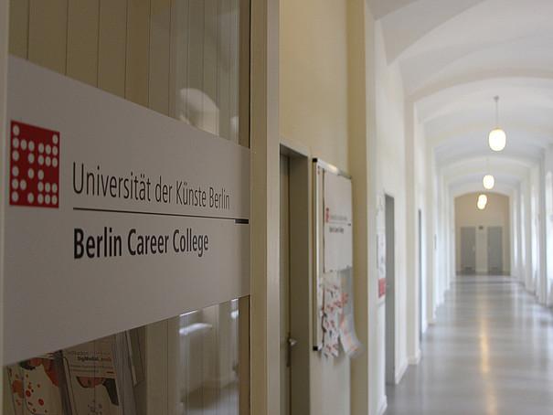 Die Glasfront und der Gang zum Berlin Career College.