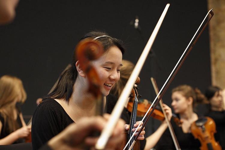 Jungstudierende spielt Violine