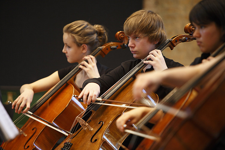 Jungstudierende spielen Cello