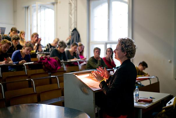 Eine Professorin, die eine Vorlesung vor Studenten hält.