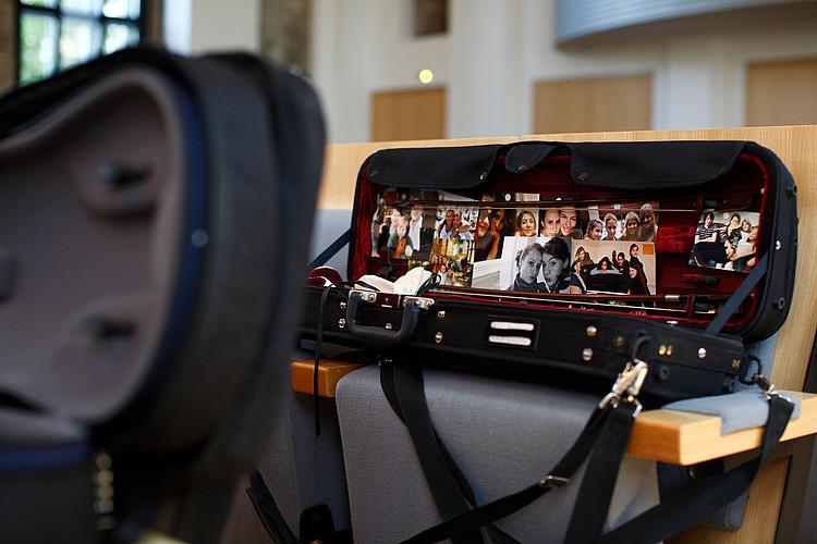 Musikinstrumentenkasten mit eingeklebten Fotos
