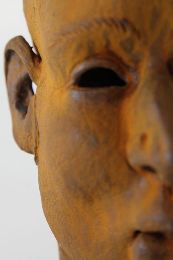 Kontakt (Foto zeigt Skultptur des Künstlers Bernhard Nürnberger. Website: http://www.galerie-imaginaire.de)