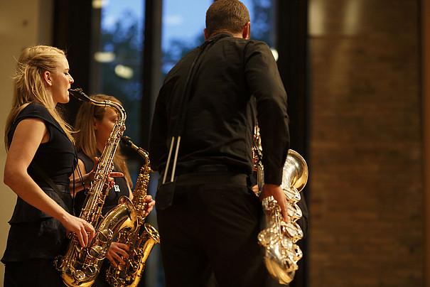 Gruppe von Saxophon-Spielenden