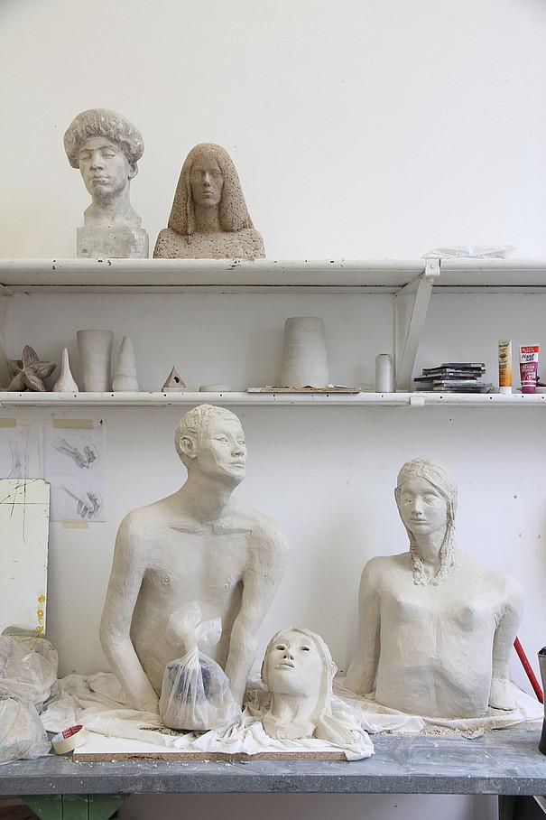 Skulpturen von einer Frau und einem Mann.