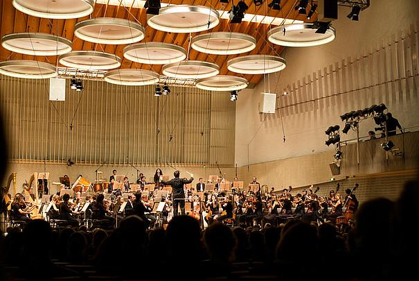 Orchester mit Steven Sloane im Konzertsaal bei einem Konzert
