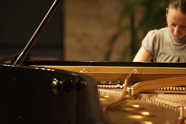 Frau am Klavier