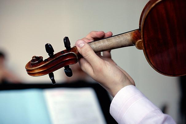 Hand am Griff einer Violine