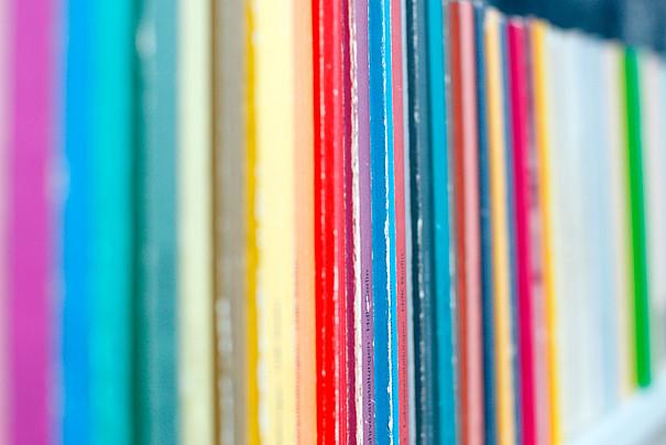 Bunte benutzte Bücher, die in einem Regal stehen.