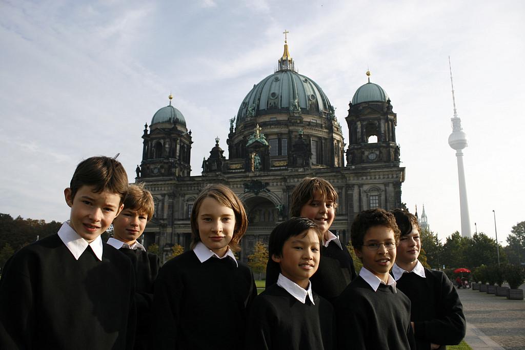 Chorsänger des Staats- und Domchors vor dem Berliner Dom