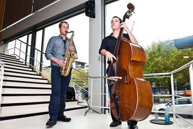 Zwei junge Männer spielen Bass und Saxophon