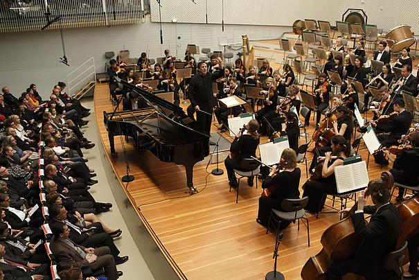 Symphonieorchester der UdK Berlin mit dem Dirigenten Steven Sloane