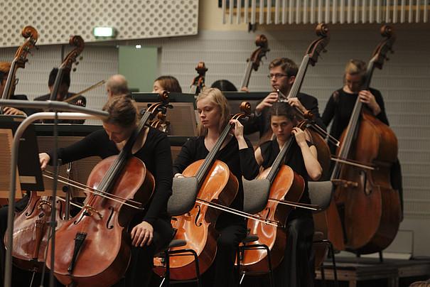 Cello- und Bass-Spielerinnen und Spieler des Orchesters der UdK Berlin