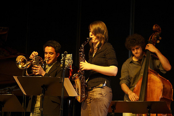 Drei Musiker in einer Jazz-Veranstaltung.