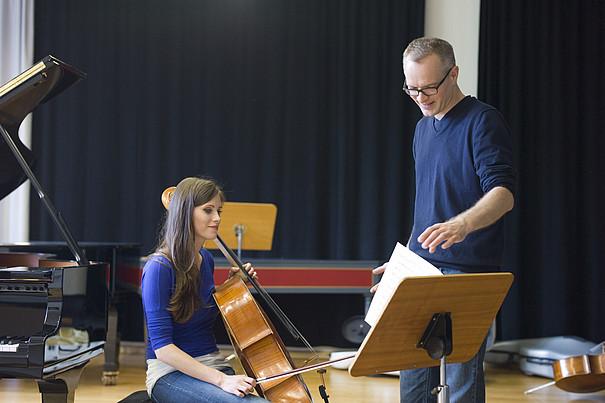Cellistin bei der Probe