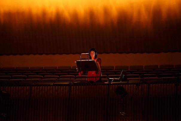 Eine Frau in einem dunklen Vorlesungsraum.