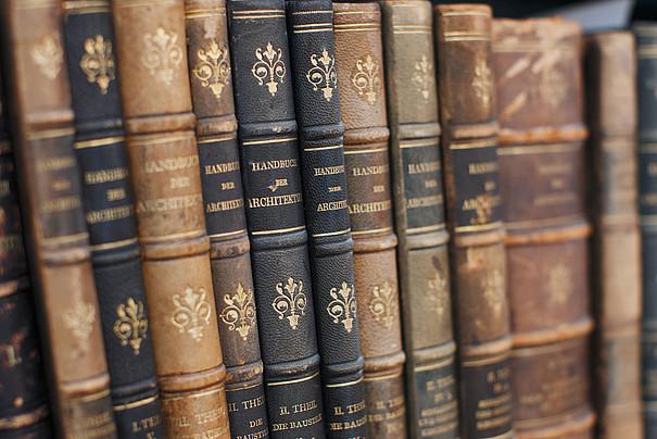 Eine Sammlung von alten Büchern in einem Regal.