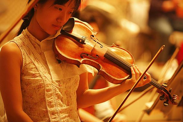 Asiatische Studierende spielt Violine