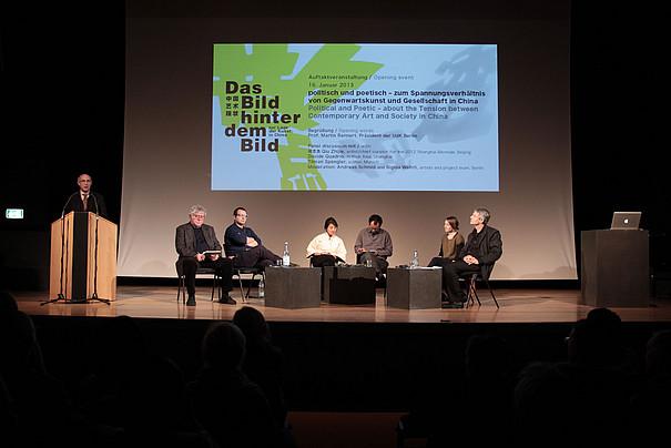 Panel mit Grafik der Veranstaltung im Hintergrund