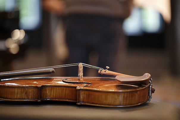 Eine Violine, die mit dem Rücken auf einem Tisch liegt.