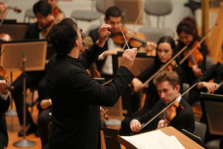 Nahaufnahme Steven Sloane mit Orchester