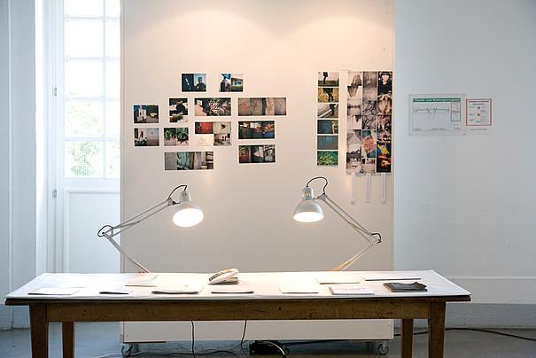 Ein weisser Schreibtisch mit zwei Stehlampen.