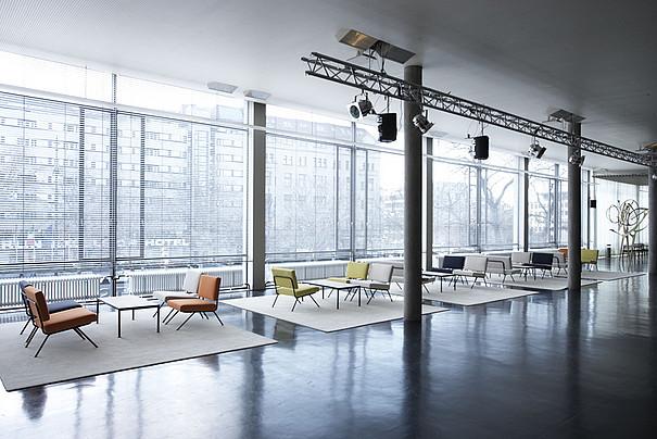 Das Innere eines Gebäudes mit Stühlen und Tischen.