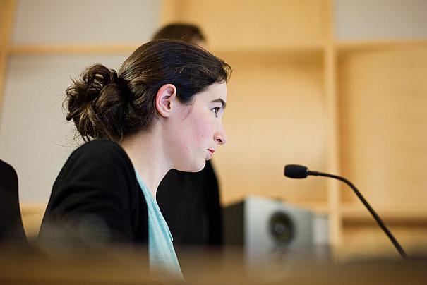 Eine junge Frau vor einem Mikrofon