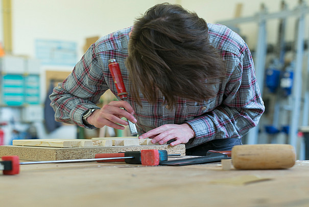 Student bearbeitet Holz