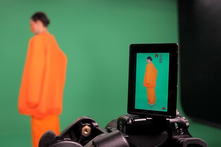 Großaufnahme des Suchers einer Kamera, in dem eine weibliche Person gezeigt wird.