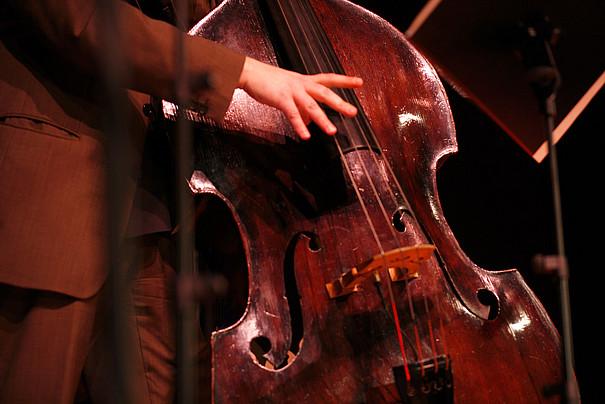 Eine Hand am Bass