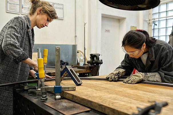 Zwei Studierende in der Metallwerkstatt