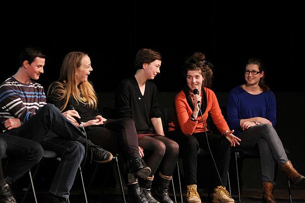 Studierende der Fakultät Darstellende Kunst diskutieren auf der Bühne