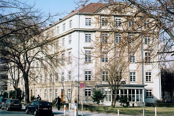 Das Gebäude in der Straße des 17. Juni, von außen.