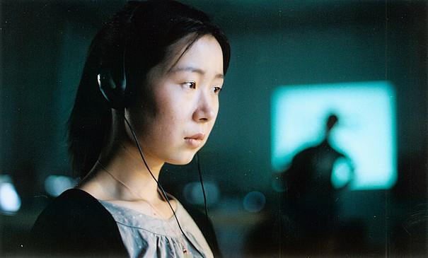Eine junge Frau, die Kopfhörer auf hat.