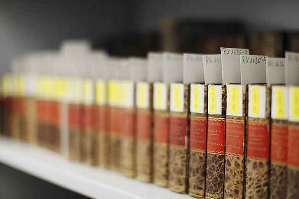 Der Rücken einer Buchreihe in der Bibliothek.