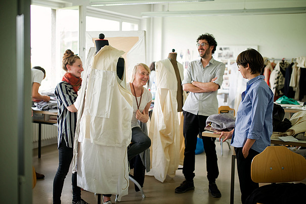 Eine Gruppe Studierender bei der Arbeit im Modedesign