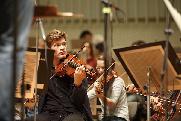 Ein Violinspieler und eine Violinspielerin bei der Probe