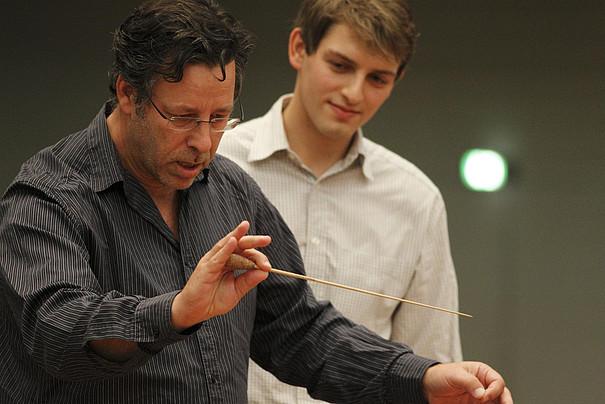 Steven Sloane mit einem Studenten